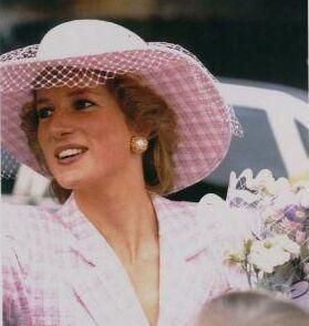 Versace also designed a famous short-sleeve pink suit with pillbox hat (very Jackie O) for the princess and named a purse -- the Lady Di -- after the princess.
