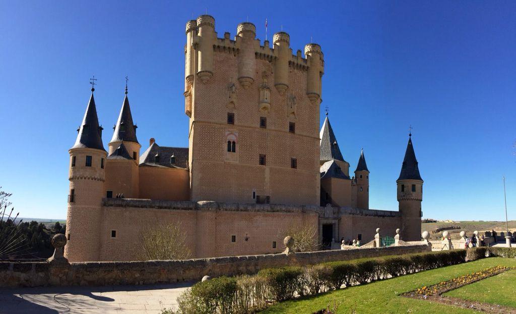 El Alcázar de Segovia es uno de los monumentos más destacados de la ciudad de Segovia (Castilla y León, España). El Alcázar de Segovia, con origen en el siglo XII, es una fortaleza magnífica y se conserva en muy buen estado.