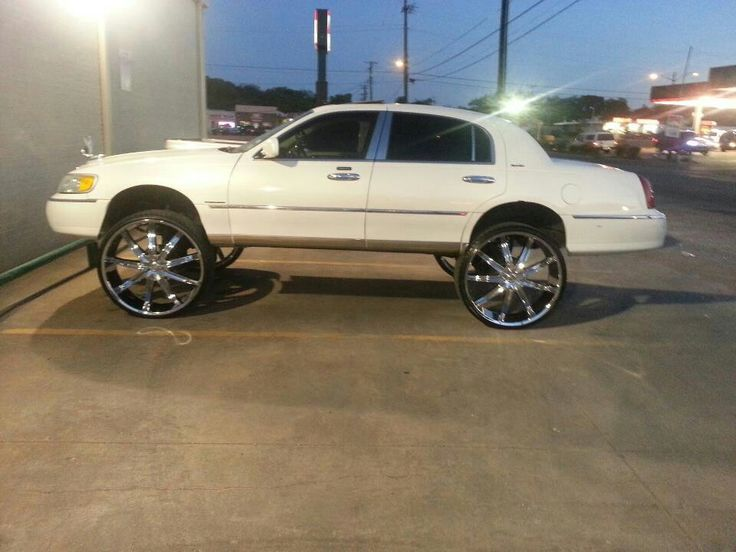 Lincoln Town Car Sittn On 30 S 10 Inch Suspension Lift Carz