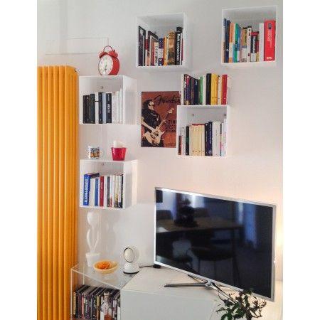 Parete atrezzata con cubi in plexiglass white plexiglass for Arredamento mensole a parete