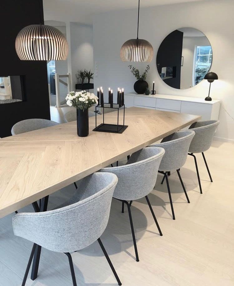 I like the color of table, buffet, and mirror. #stoelen ...