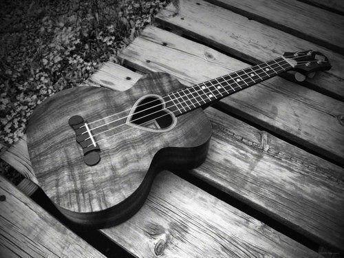 heart ukulele!? I really want it!!! Guitarras, Guitarra