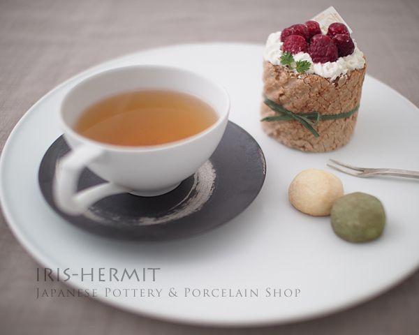 ケーキと紅茶をプレートに一緒にセットして♪。。。。- ブラスト石灰30プレート皿〜李荘窯〜有田焼
