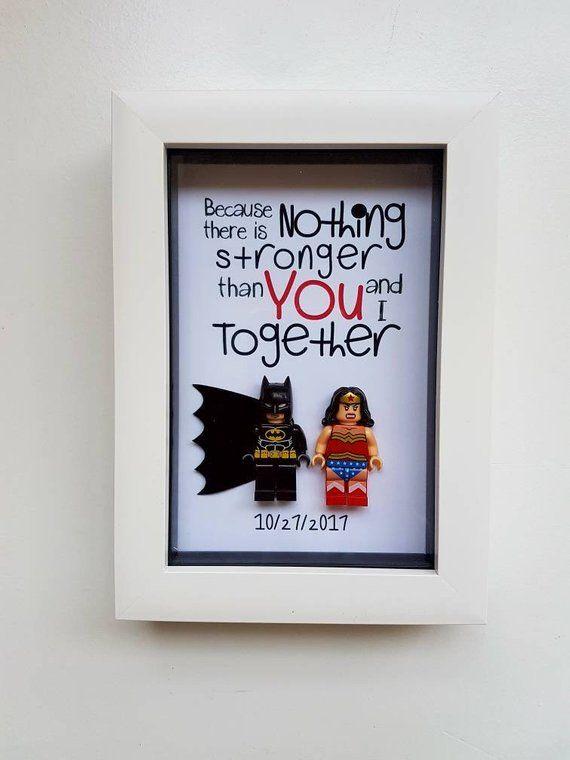 Photo of Regalo de Batman de Superman Wonder Woman para él Marco de minifigura de superhéroe Novio Novia Aniversario Regalo de cumpleaños de boda personalizado