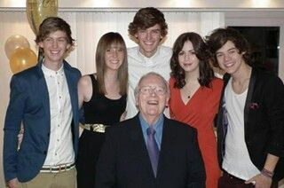 Harry with his family *--*