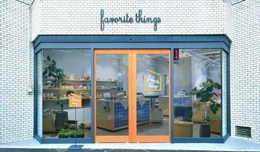 這間位在廣島市十日市的雑貨屋favorite things,灰色的基底營造素雅的購物氛圍,木材質的層板替牆面畫上好氣色,一座座活動櫃不只增加機動性還多了小巧精緻的表情,吧台點綴藍色馬賽克磚,讓空間多了一絲可愛。 這樣的購物環境,真的好悠哉放鬆。 好希望台灣多一些這樣的商店喔~ VIA HANKURA Design