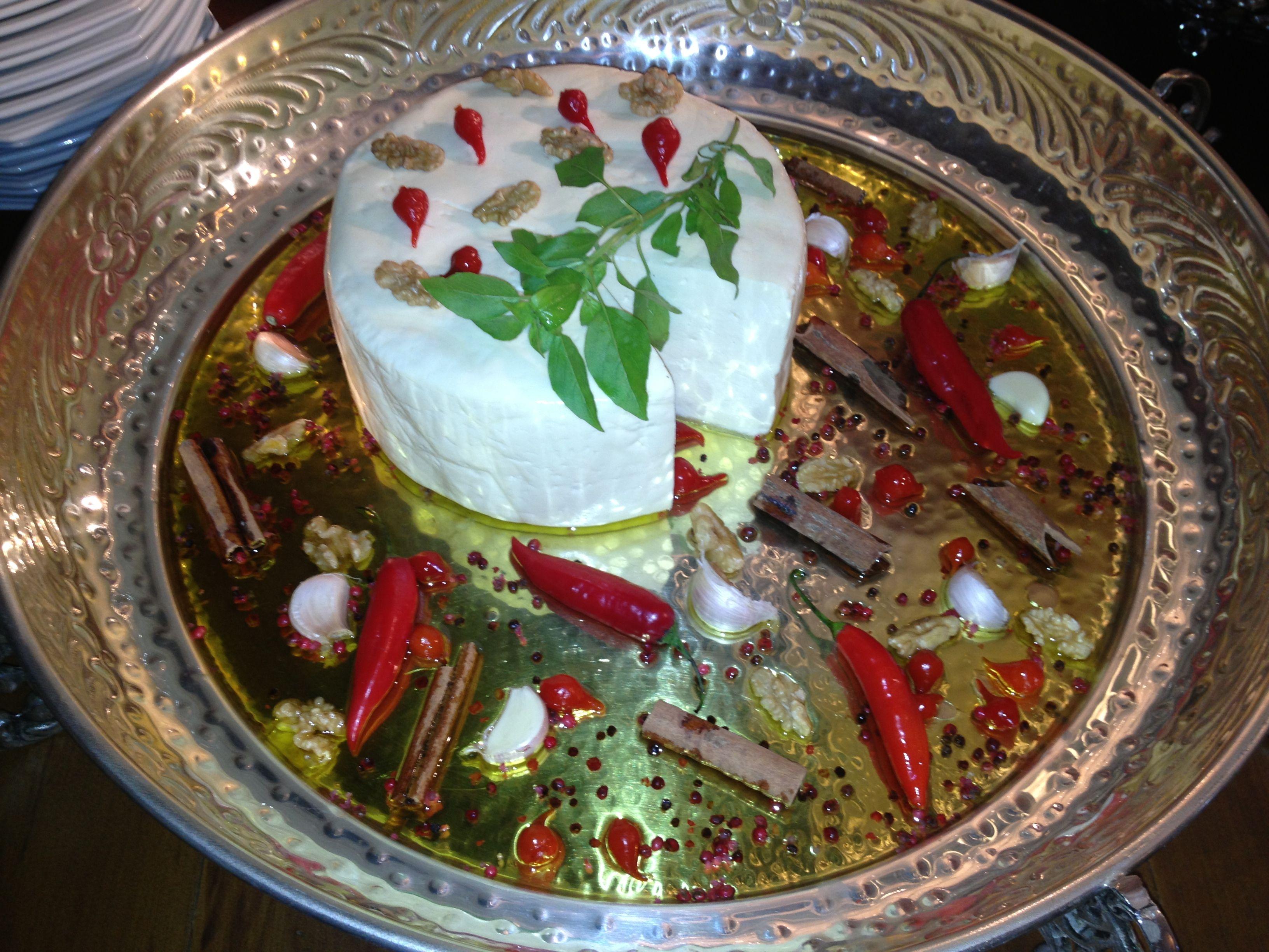 Queijo branco com azeite aromatizado!