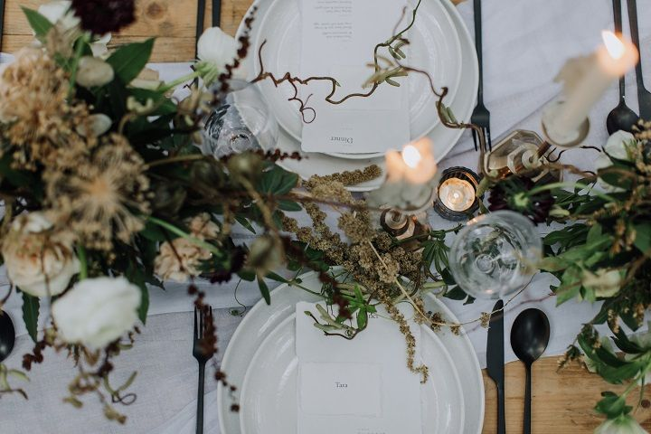 Beautiful woodland wedding table decor | fabmood.com #wedding #woodlandwedding #cranberrywedding #autumnwedding #woodland #cozywedding