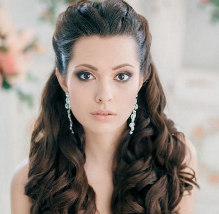 exemple de cheveux long bouclé, coiffure de mariage femme, mèches de devant  attachés en