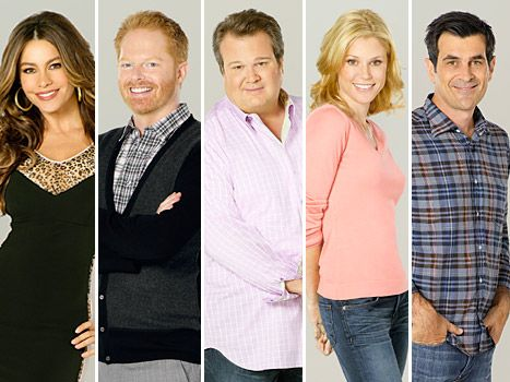 Modern Family Cast From L Modern Family Cast Members Sofia Vergara Jesse Tyler Modern Family Celebrities Julie Bowen