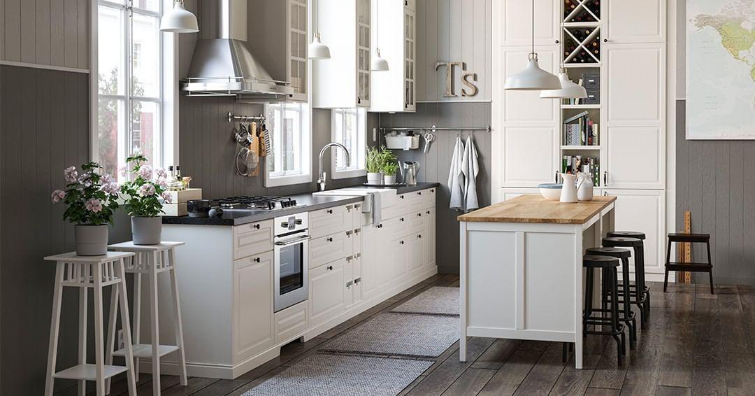 Una Cucina Dallo Stile Tradizionale Ma Dalla Funzionalita Moderna I Mobili Con Ante A Vetro Ti O Kitchen Design Trends Ikea Metod Kitchen House Design Kitchen