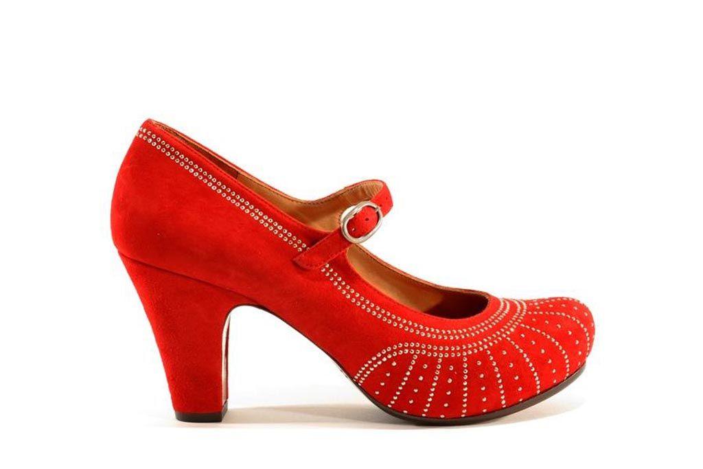 Zapato de punta redonda modelo Poison en color rojo. Tejido de gamuza suave con forro de cuero. Plantilla anatómica que se adapta al tamaño. Altura tacón 8 cm. Plataforma de 1,70 cm. Diseñado por Chie Mihara.