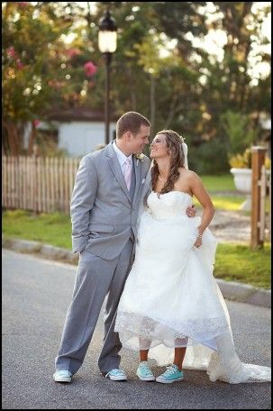 Wedding Dress With Chuck Taylors Chelsea Wedding Idees De