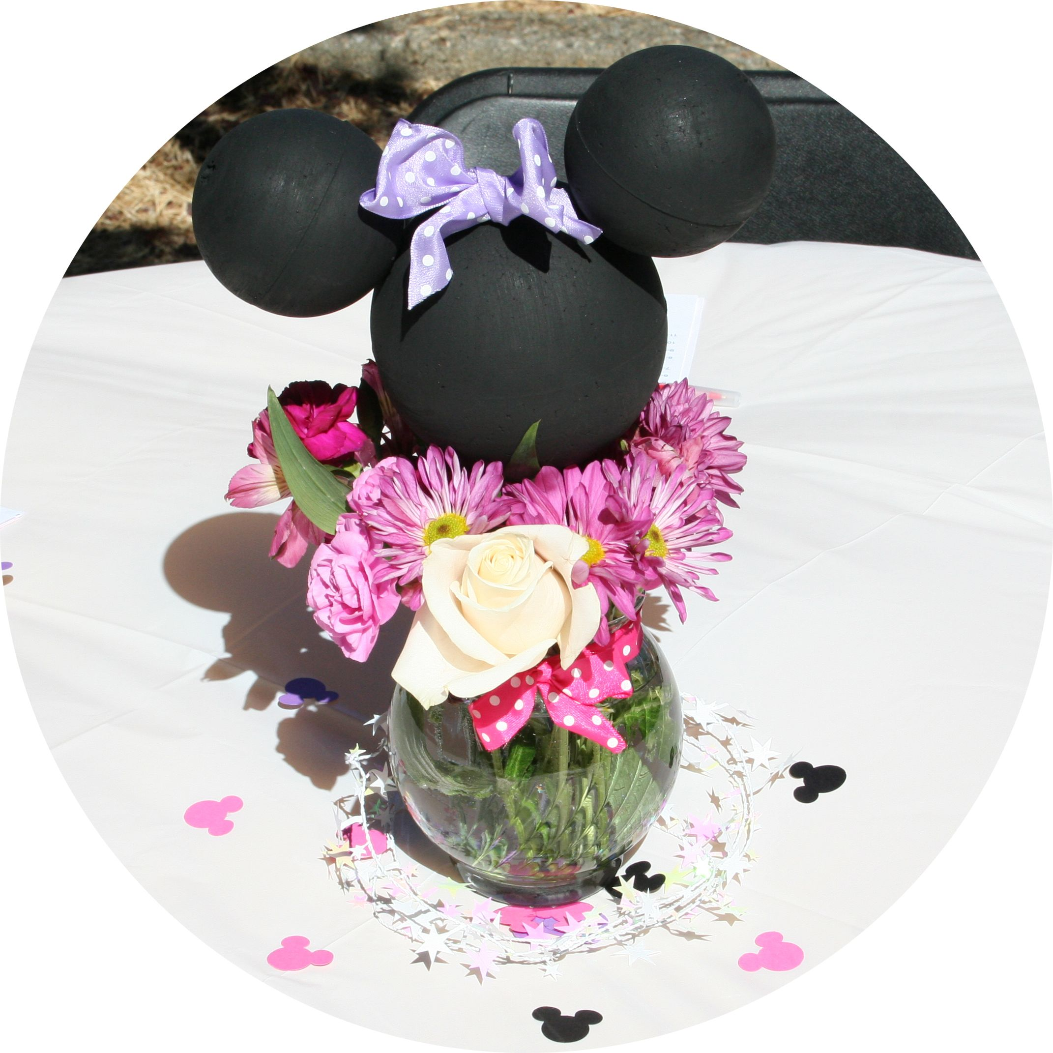 Minnie Mouse inspired Table center pieces with fresh flowers. | M ...