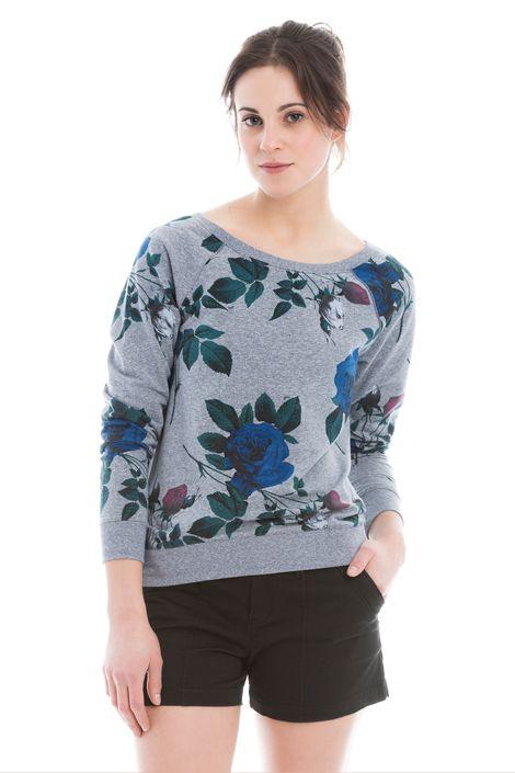 This sweater offers the best of two features: romantic appeal and comfort. / À mi-chemin entre le romantisme et le confort, ce chandail propose le meilleur des mondes!