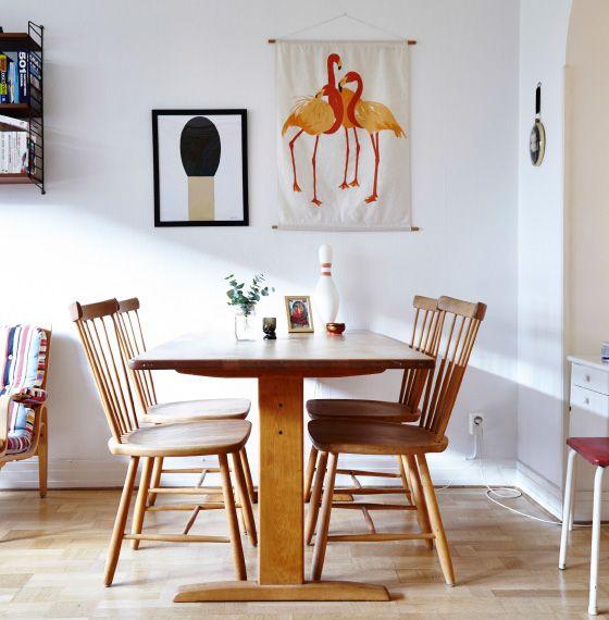 커다란 성냥과 홍학 등 벽에 걸린 그래픽 이미지는 앤티크한 원목 식탁과 잘 매치됩니다.
