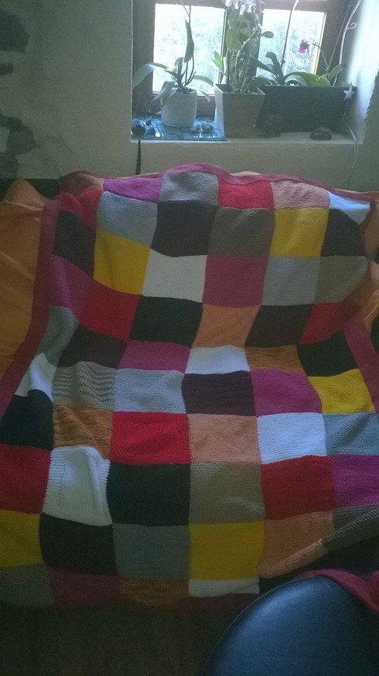 jolie couverture laine tricot e main type patchwork assemblage de 60 carr s elle est. Black Bedroom Furniture Sets. Home Design Ideas