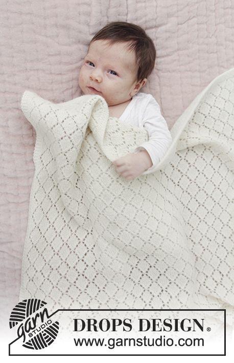 Babydecke mit Lochmuster. Die Arbeit wird gestrickt in DROPS Baby Merino. Kostenlose Anleitungen von DROPS Design. #babyblanket
