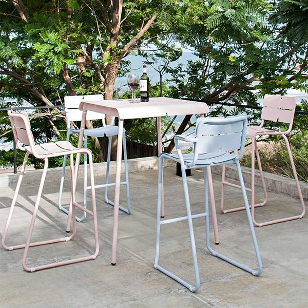 Collection Corail composée de la Table de Bar Corail et des Tabourets de Bar Oasiq. Jardinchic