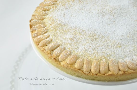 Esta tarta de limón o torta della nonna es un postre típico de Italia