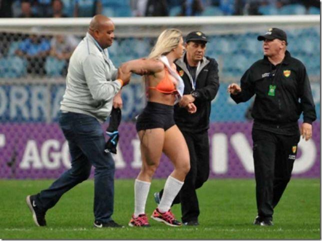 RS Notícias: Com faixa de Miss Bumbum, mulher invade gramado ap...