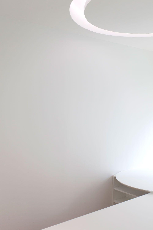 Bureau Sur Mesure En Bois Blanc Laqué Avec Séparation En Tole