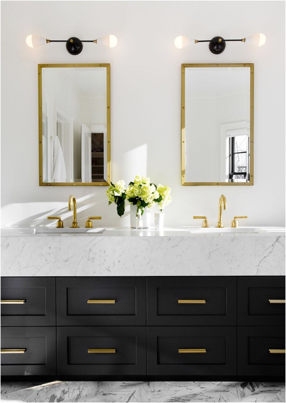 18 Gorgeous Marble Bathrooms With Brass Gold Fixtures From Gold Fixtures Bathroom Kamar Mandi Utama Ide Kamar Mandi Modern