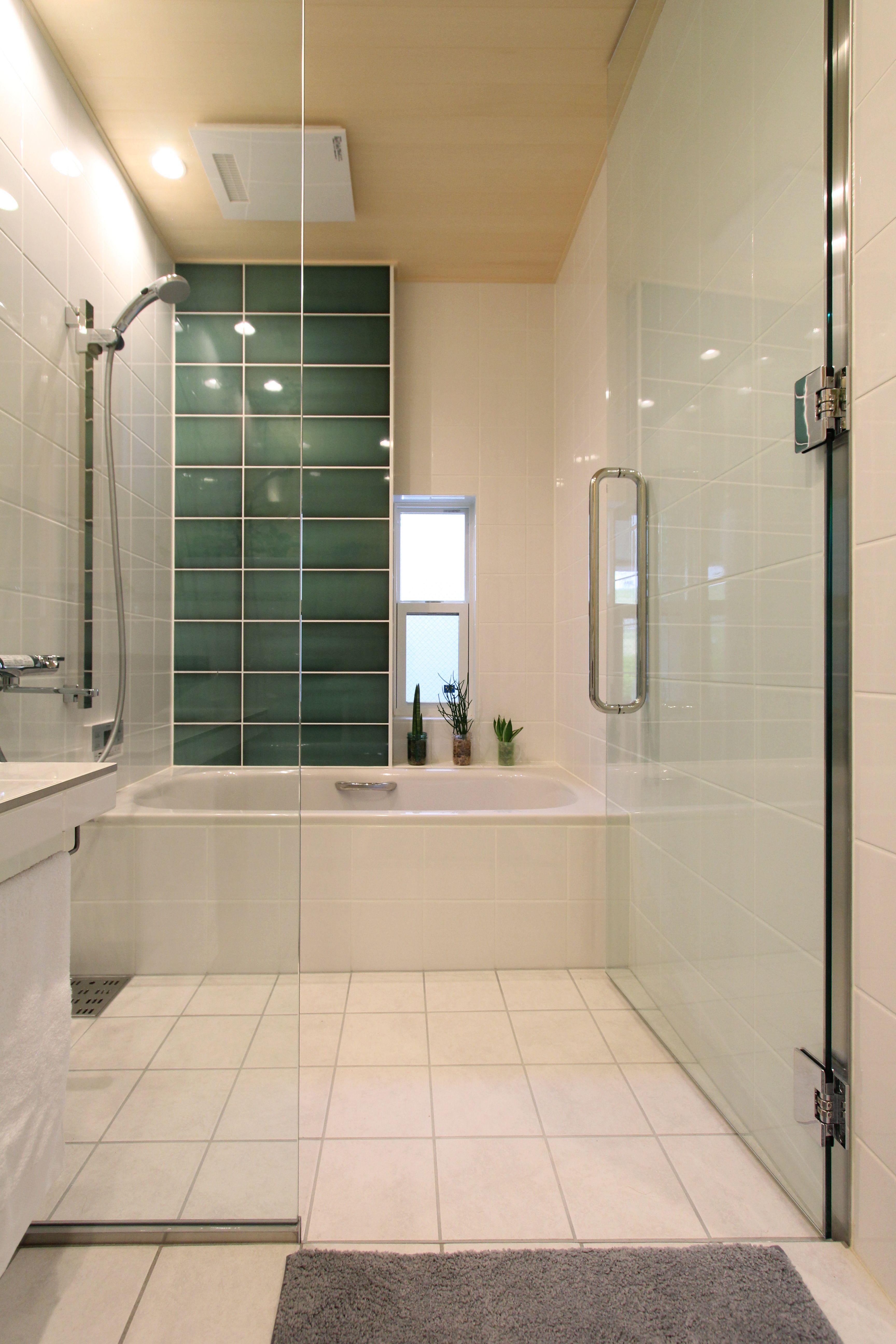タイルと無垢材 ヒノキ を組み合わせた 世界でたったひとつの洗面脱衣室と浴室 ヒノキの柔らかな素材 感と香りが 1日の疲れを癒します タイルで造るバスルームならではとなる2 400mmの天井高と 空間のつながりを演出したガラスの壁と扉による開放感が ホテルで