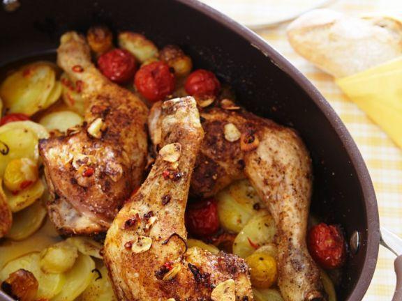Gebackene Hähnchenkeulen auf Kartoffeln und Trauben ist ein Rezept mit frischen Zutaten aus der Kategorie Hähnchen. Probieren Sie dieses und weitere Rezepte von EAT SMARTER!
