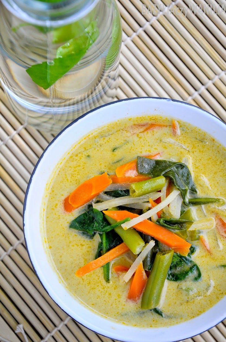 tajska pikantna zupa warzywna z mlekiem kokosowym