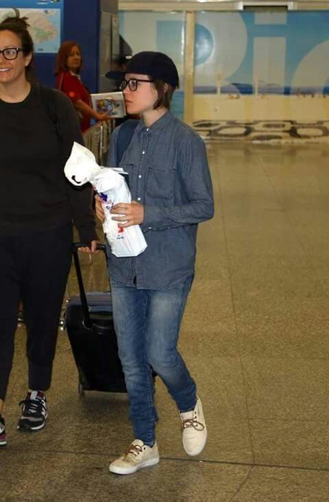Ellen arrived in Rio de Janeiro in this monday to celebrate the Carnival. Ellen has never been in Brazil before, that's the first time. 16/February/2015 #ellenpage