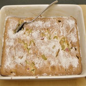 Rhabarber putzen, waschen und schräg in 1 cm lange Stücke schneiden. Mit Zucker 10 Minuten marinieren. Den Backofen auf 175°C vorheizen. Für...