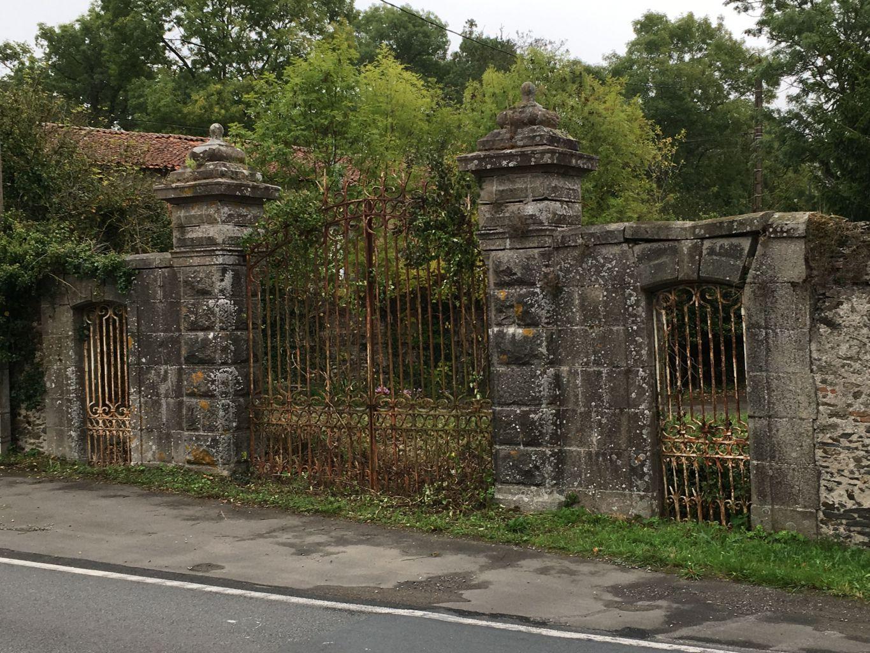 Ensemble de propri t comprenant un portail ancien avec for Portail entree propriete
