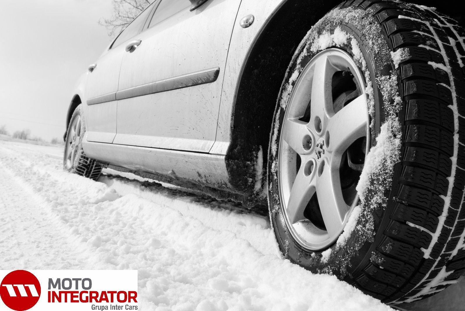 """Wiesz, kiedy należy wymienić opony na zimowe? Nie warto czekać na pierwszy śnieg. Sprawdź, jaki jest najlepszy moment na założenie """"zimówek"""".  http://www.motointegrator.pl/s/poradnik-kiedy-wymienic-opony-na-zimowe/ #opony #zimowe #poradnik"""