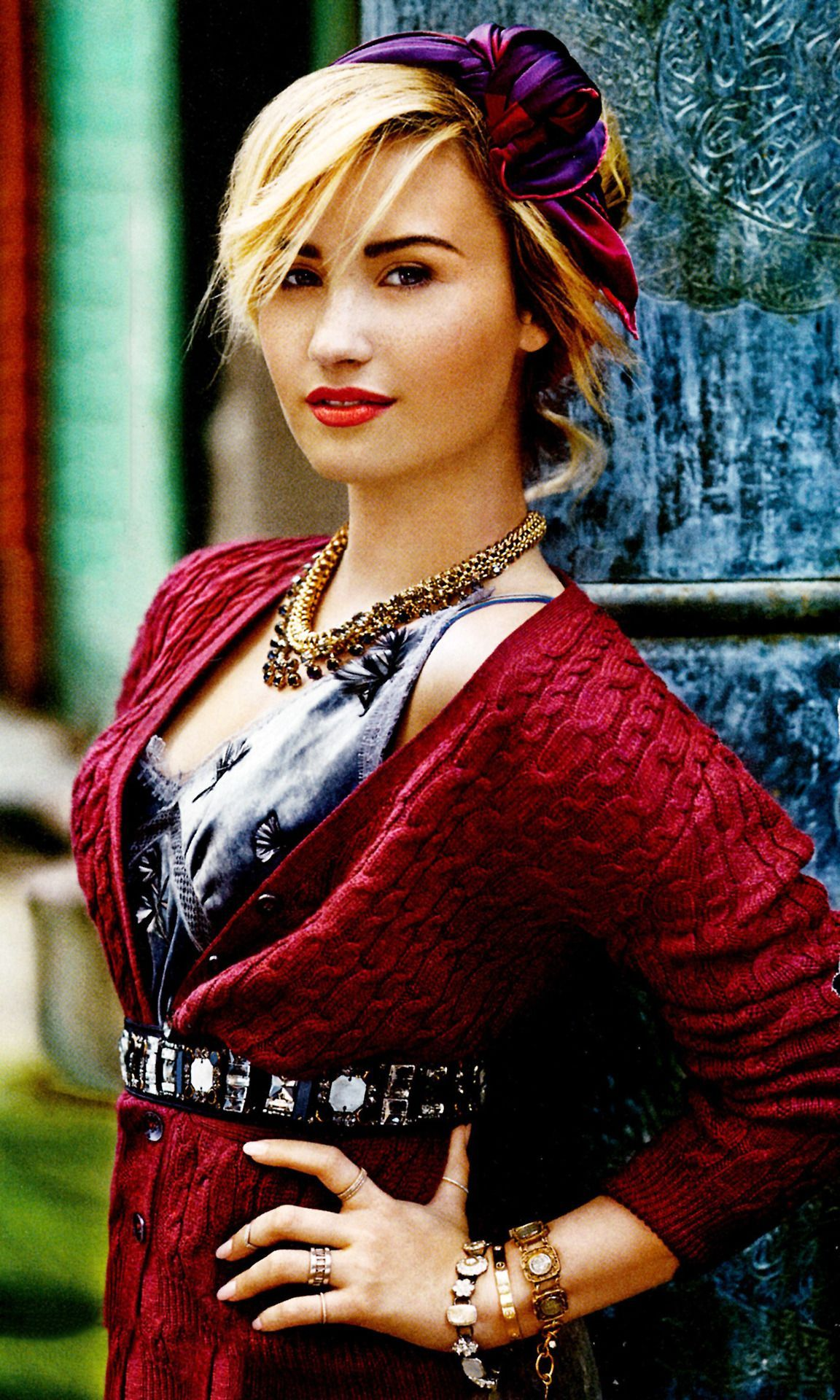 DEMI LOVATO. She looks sooooo much like Kate Winslet in this photo! Freaky, right? Well sort of.