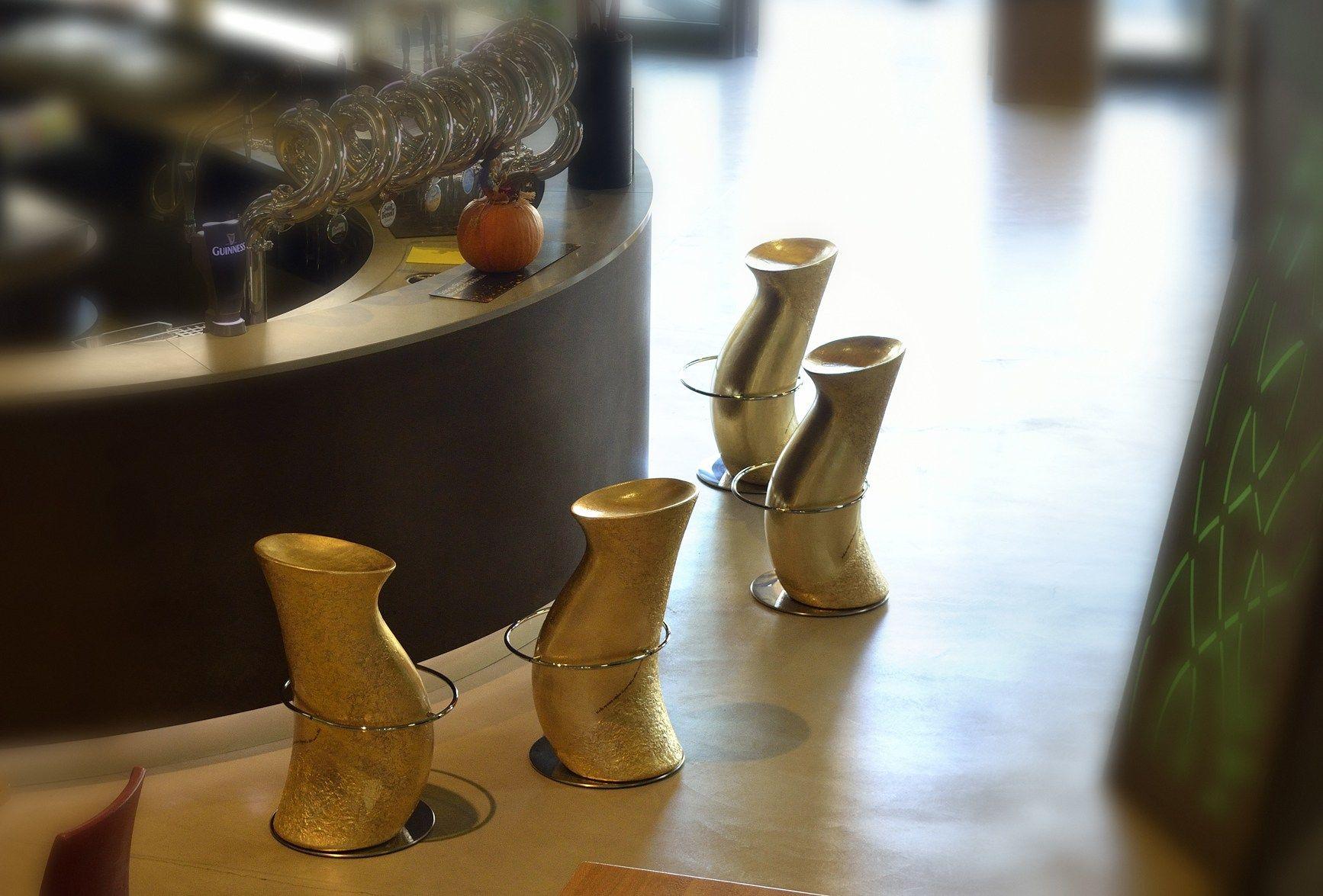Sgabello da bar foglia oro con poggiapiedi HULA OP GOLD - IBEBI