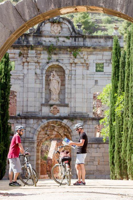 ¿Imaginas un paseo en bici (esta vez eléctrica) por el Priorat? A tan solo 30 minutos del mar, en plena Costa Daurada, hermosos paisajes de viñas, pueblos de postal, bodegas míticas, exquisita gastronomía, vertiginosos riscos, restos de una cartuja.... ¿se puede pedir más? #viajes #Tarragona #planazos #findesemana #CostaDaurada #travel #bicicletas #turismo