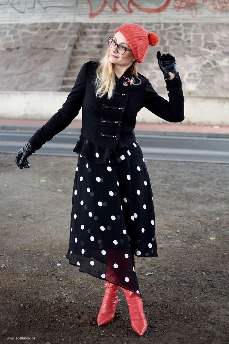 schwarz-weißes kleid mit punkten, rote overknees | kleid