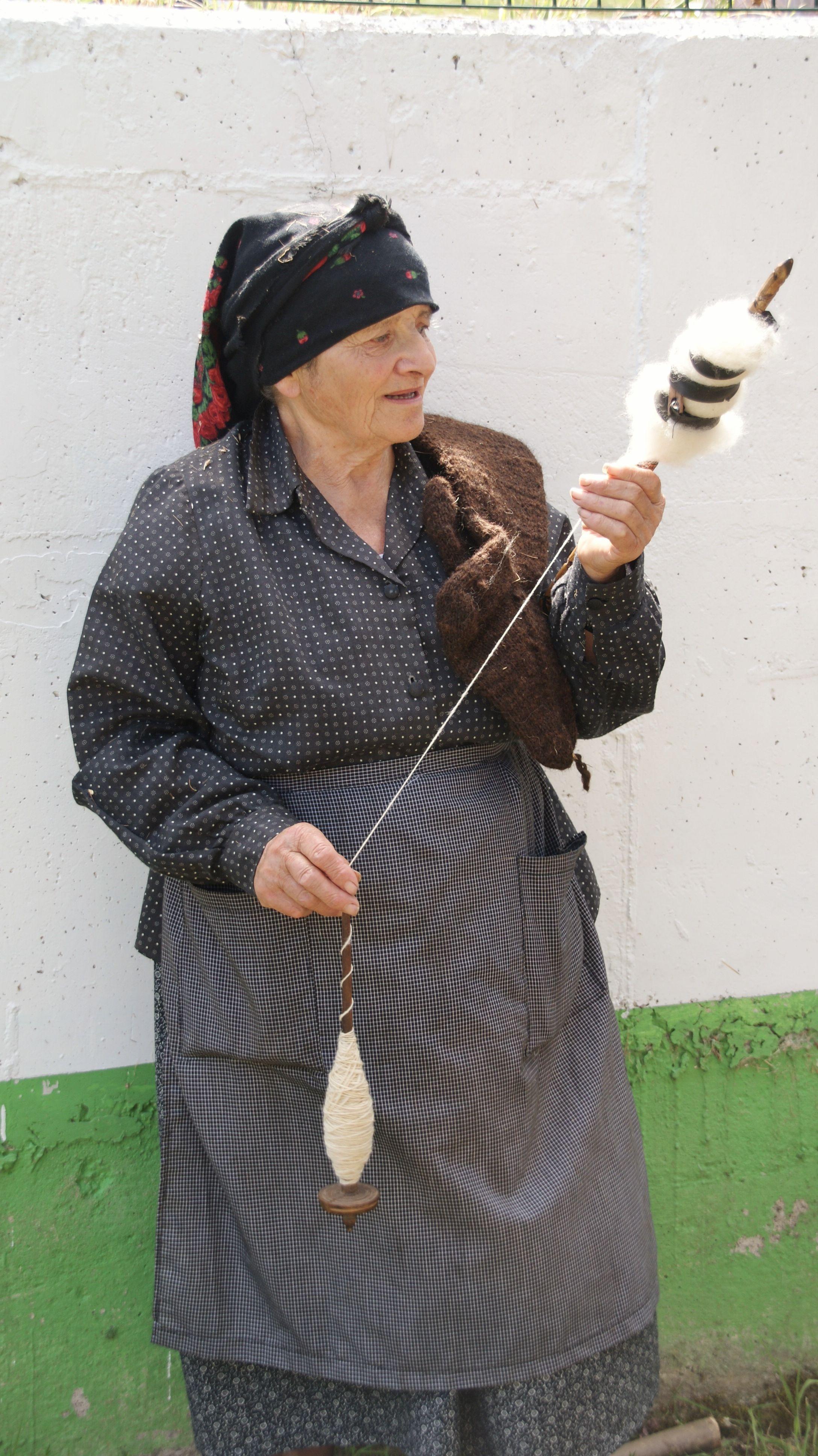 Navelgas,Asturias. Agosto 2014, Maria a sus 82 años todavía sigue filando.