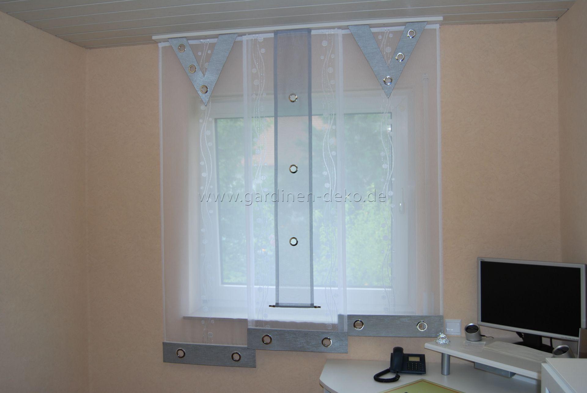 hellblau grauer stufenvorhang mit v sen elementen. Black Bedroom Furniture Sets. Home Design Ideas