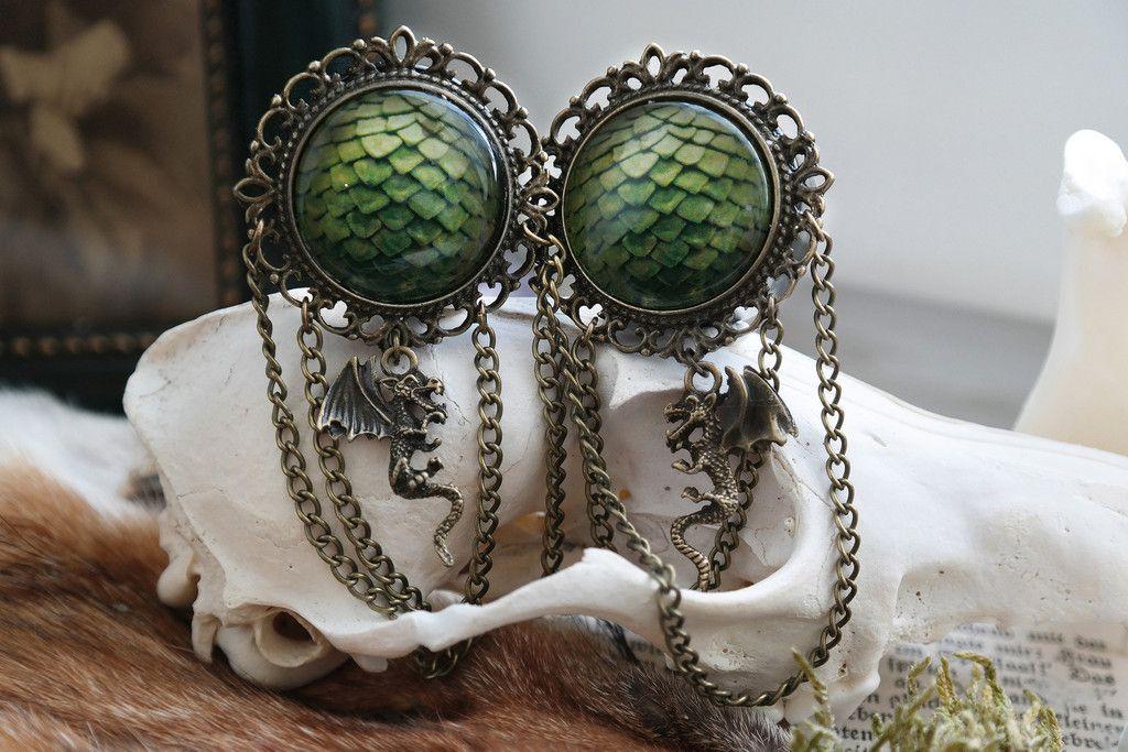 Bronze farbeneKetten-Plugs mit Drachenei Motiv und Drachen Anhänger. Größe: 16mm - 36mm16mm - 26mm / kleinerer Rahmen Du bekommst 2 Plugs, in schwarz, mit Gummiringverschluss __________________________________________ Bronzechain plugs with dragon egg and small dragon pendant. Size: 16mm - 36mm16mm - 26mm / smaller Frame You will get 2 Plugs, black, straight with o-rings