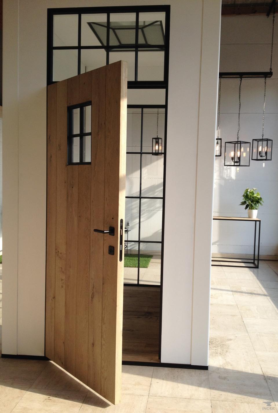 Oude eiken deuren in stalen deurkader