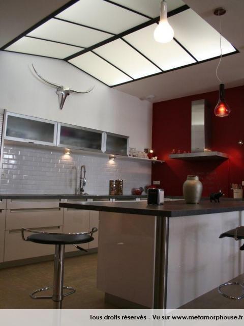 Cuisine américaine moderne, esprit loft, rouge et blanche   Modern