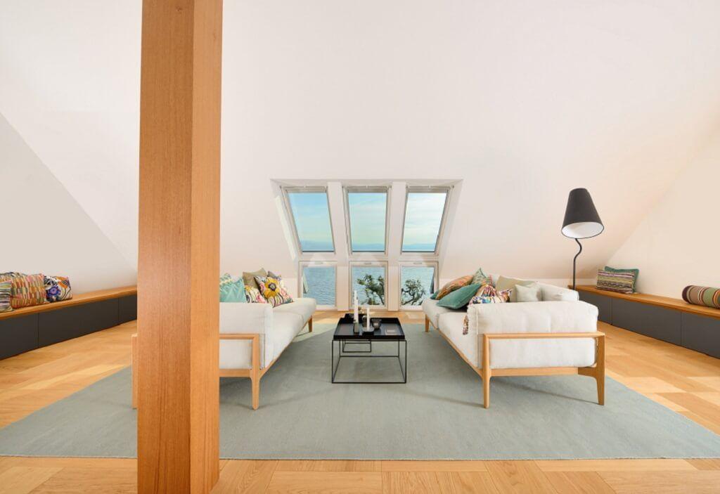 Wohnzimmer mit Dachschräge - Haus am See Baufritz - HausbauDirektde