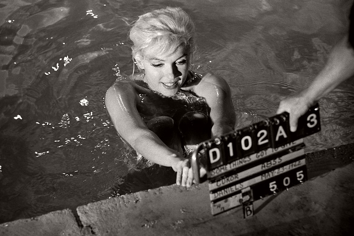 marilyn-monroe-in-the-pool-by-lawrence-schiller-1962-01
