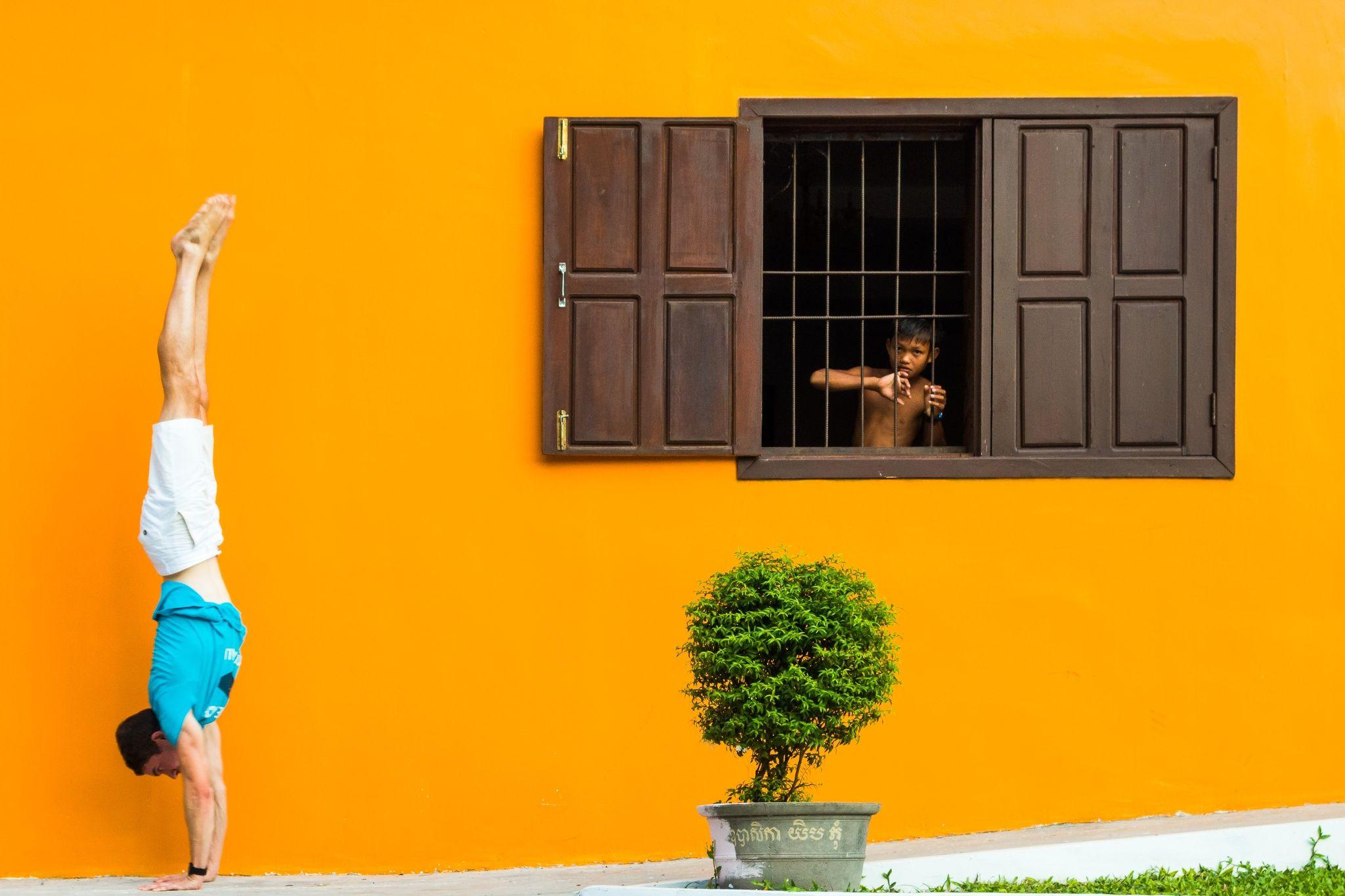 Photo Preah en Kasoei Wat Handstand by Sébastien Blattner on 500px