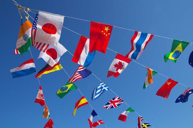 風になびく万国旗