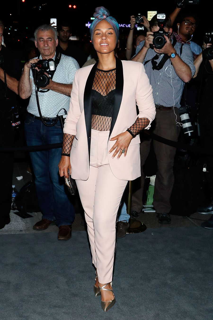 Birthday Girl Alicia Keys S Most Glamorous Makeup Free Moments Pretty In Pink From Instyle Com Fashion Top Outfits Alicia Keys Style