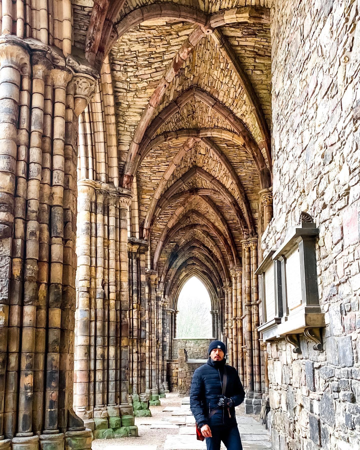 🏴: Las ruinas de la abadía del palacio Holyrood... si así se ve ahora, imaginen cómo sería en su época dorada, llena de vitrales y decoraciones. Uno de los lugares que no puede faltar en su visita a Edinburgh, Escocia. Guía: MochileroViajando.com/. . . . . #edinburgh #edinburghcity #uk #unitedkingdom #edinburghstory #edinburghsnapshots #exploreedinburgh #edinburghlife #scotland #scotland_lover #scotland_ig #instatravel #igersscotland #igersedinburgh #igersedinburgh #igersuk #igersme