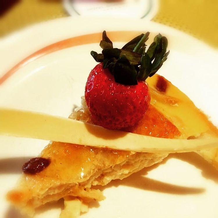sexy strawberry apple pie  #hotelborobudur #Jakarta #pie #strawberry #applepie #foodpic #foodporn #foodism #foodlover